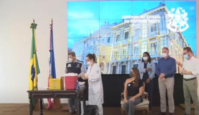 Primeira professora a receber a vacina contra Covid-19 no ES — Foto: Divulgação/Governo do ES