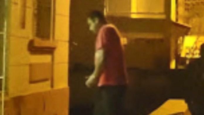 Suspeito preso pelo assassinato de casal foi visto entrando na delegacia, em Santa Leopoldina. O nome dele ainda não foi revelado