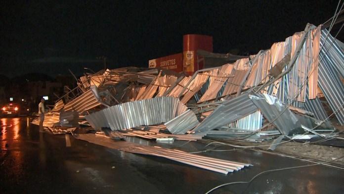 Estrutura metálica de empresa foi arrancada pelo vendaval em Jardim América, Cariacica