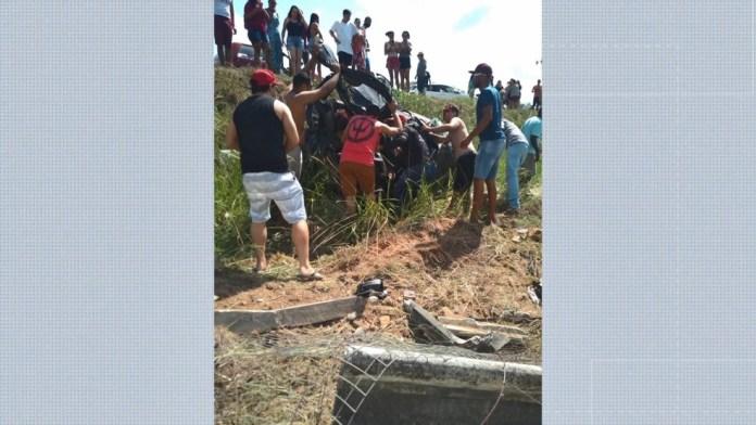 Mulher morreu e três pessoas, entre elas duas crianças, ficaram feridas em acidente na BR-101