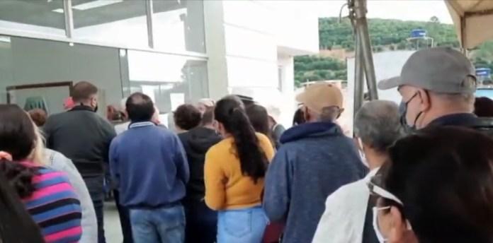 Idosos se aglomeram em busca da segunda dose da Coronavac em Irupi, ES