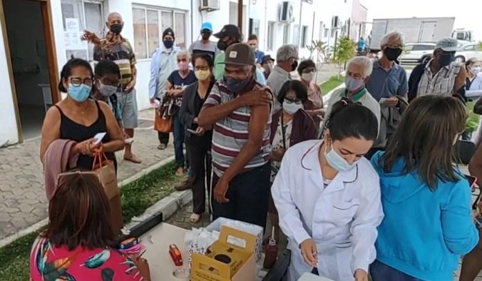 Após aglomeração, idosos recebem 2ª dose de CoronaVac em Aracruz, no ES — Foto: Reprodução/ TV Gazeta