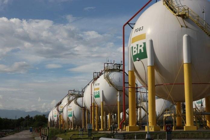 Gasolina e diesel ficam mais baratos neste sábado (1º) nas refinarias