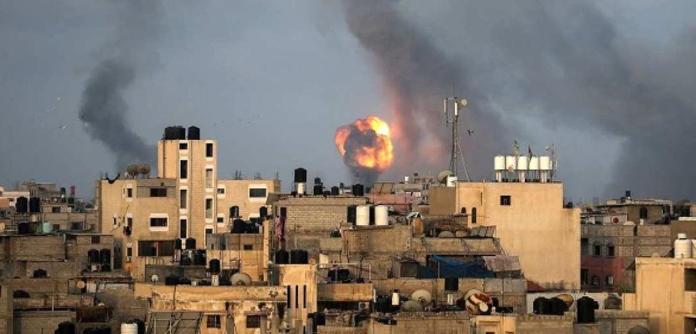 Chamas e fumaça sobem durante ataques aéreos israelenses em meio a uma explosão de violência israelense-palestina, no sul da Faixa de Gaza em 11 de maio de 2021