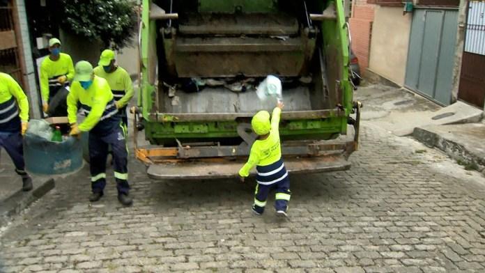 Lorenzo descartou lixo da festa no caminhão da coleta de Vila Velha, no ES — Foto: Ari Melo/ TV Gazeta