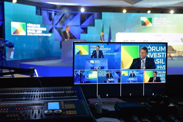 Ministros apresentam vantagens para se investir no país
