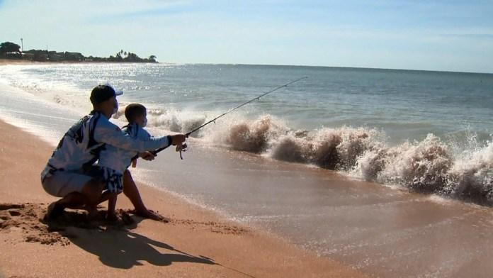 Osvaldo e o filho Bernardo, de 3 anos, pescam na praia de Carapebus, na Serra — Foto: TV Gazeta