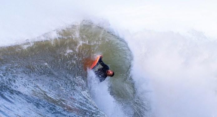 Surfistas aproveitam passagem de frente fria no ES — Foto: Diego Silva
