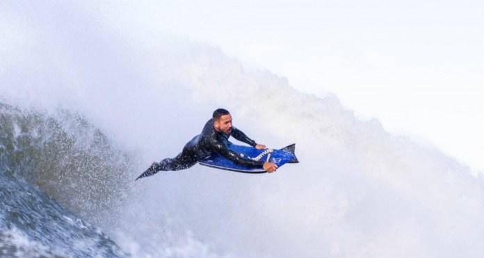 Surfistas aproveitam frente fria no ES — Foto: Diego Silva