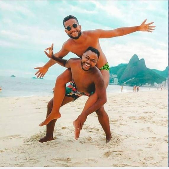 Casal Tiago e Carlos foi alvo de comentários homofóbicos por postar uma foto