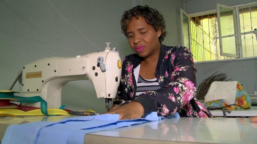 Costura é um dos cursos oferecidos pelo programa Qualificar ES — Foto: Reprodução/ TV Gazeta