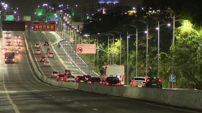 Trecho da Reta do Aeroporto volta a ficar iluminado — Foto: Reprodução/ TV Gazeta