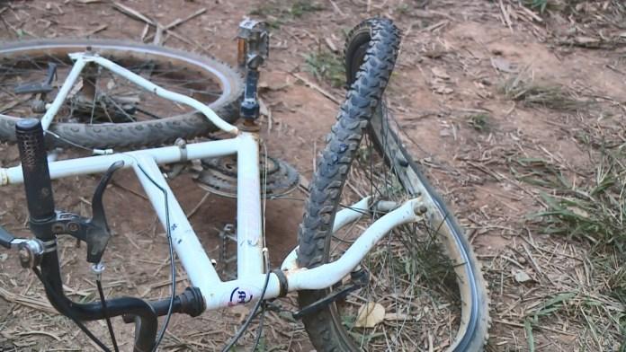 Pneu da bicicleta em que a menina andava ficou destruído
