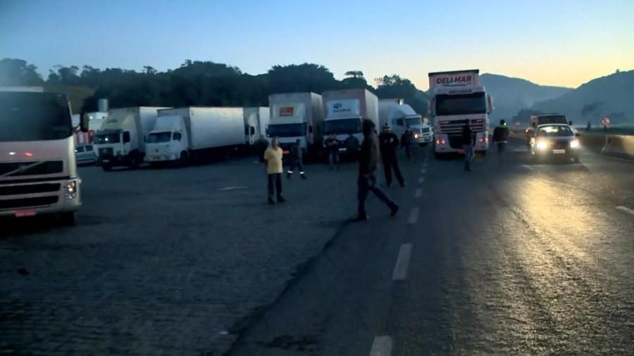 Caminhoneiros pararam na BR-101, em Viana, durante protesto