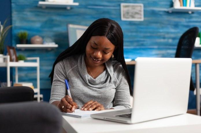 Cerca de 270 mil mulheres vão receber capacitação profissional nos próximos dois anos
