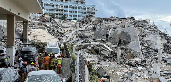 Equipes de resgate buscam sobreviventes em destroços de prédio que desabou na Flórida 25/06/2021 Departamento de Bombeiro de Miami-Dade/Divulgação via REUTERS