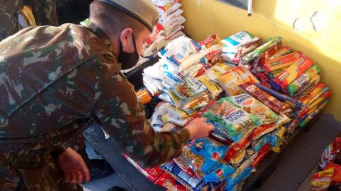 Militares realizam arrecadação e entrega de alimentos e agasalhos