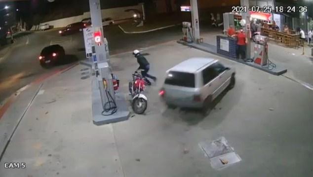 Vídeo mostra carro invadindo posto e atingindo frentista e bomba no ES