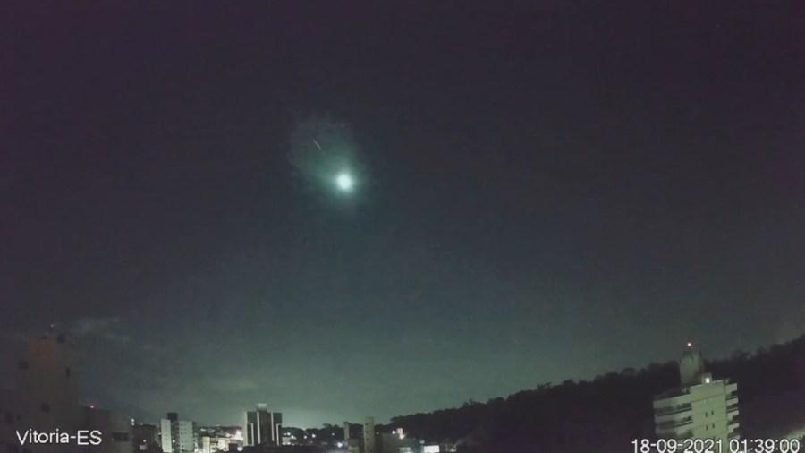 Passagem de meteoro foi captada por câmeras de moradora de Vitória — Foto: Divulgação