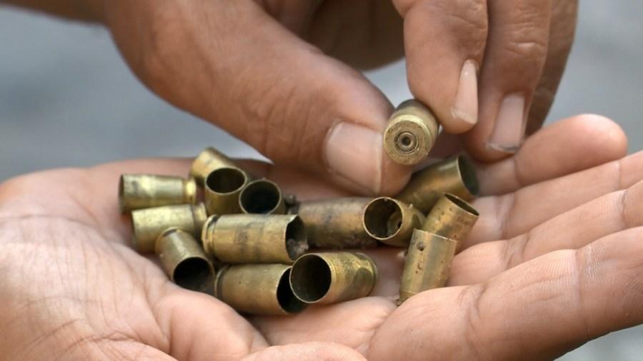 Morador segura balas disparadas por criminosos em bairro de Vitória