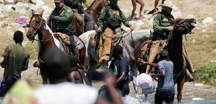 Polícia montada dos EUA reprime haitianos a chicotadas  19/09/2021  REUTERS/Daniel Becerril