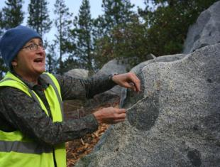 """Christine Siddoway enlightens the group about the magmatic fracturing of """"microgranular enclaves"""" in the Sierra Nevada Batholith."""