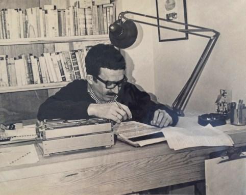"""Gabriel García Márquez working on """"One Hundred Years of Solitude."""" Photograph by Guillermo Angulo Image courtesy of Harry Ransom Center Gabriel García Márquez revisando el texto de """"Cien años de soledad"""". Fotografía por Guillermo Angulo Imagen cortesía del Centro Harry Ransom"""