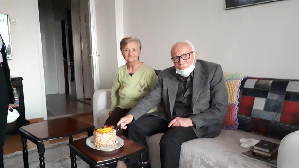 87 yaşındaki öğretmene, öğrencilerinden doğum günü kutlaması