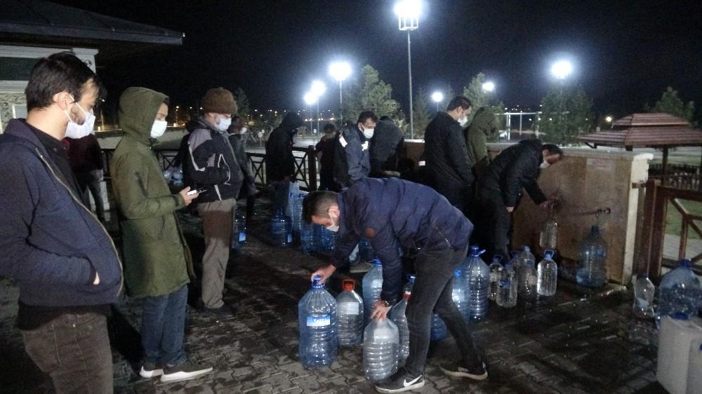 Sivaslılar, 56 saatlik kısıtlama öncesi tatlı su çeşmelerine akın etti