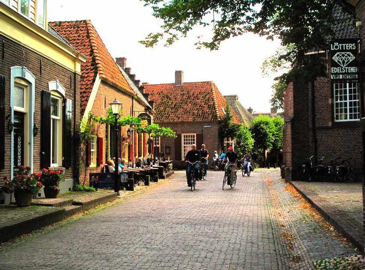 Просто сільська вуличка в Нідерландах
