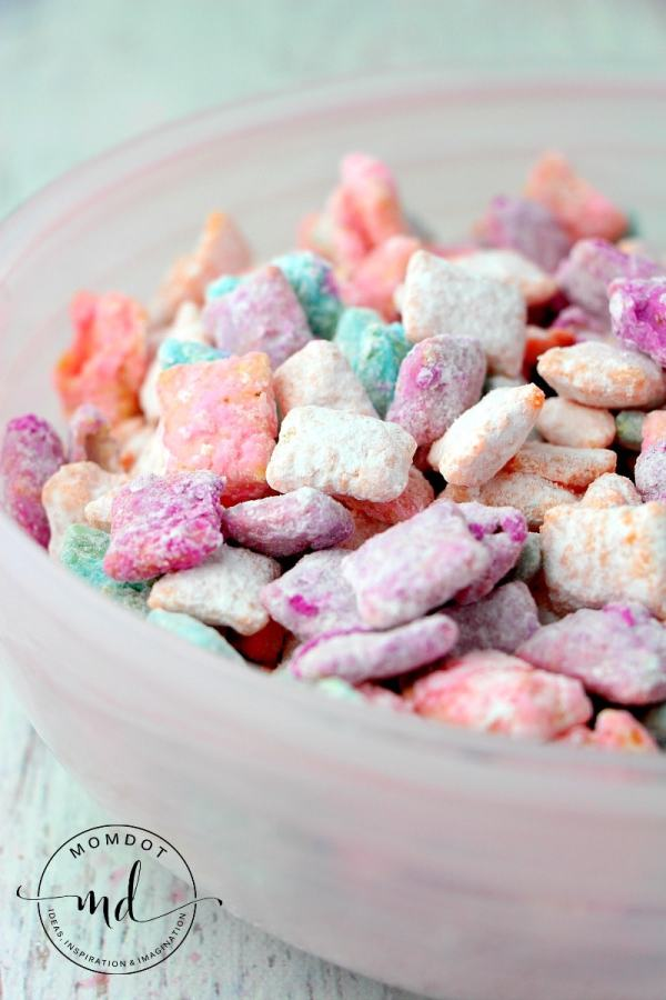 Unicorn Treats | Unicorn Treat Bags | Unicorn Treat Ideas | Unicorn Treats for Birthday Party | Unicorn Treats Edibles | Unicorn Treats DIY | Unicorn Treats Recipes | Unicorn Themed Birthday Treats | Add a little sparkle to your #unicornparty with these fun unicorn treats! #unicornbirthday #unicorn #sixcleversisters