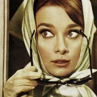Audrey Hepburn met sjaal als hoofddoek