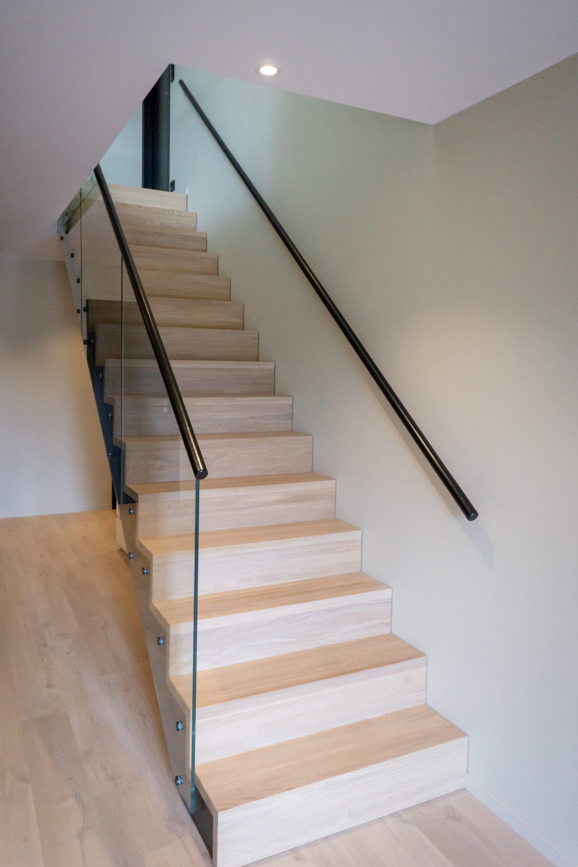 Rett trapp med glassrekkverk