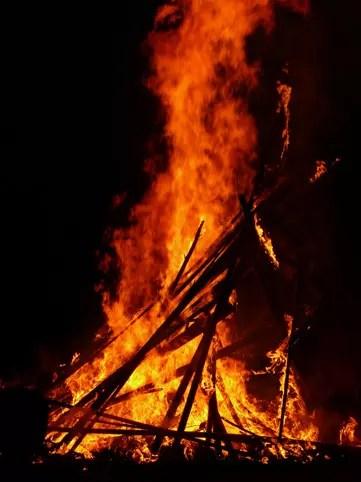 どんど焼き【どんと祭り】の由来や意味!古いお札やお守りの処理の仕方