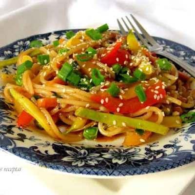 Makaronai su daržovėmis ir saldžiarūgščiu padažu kiniškai