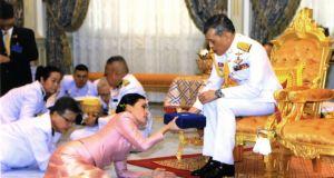 Тайният живот на краля на Тайланд: Пълзящи придворни