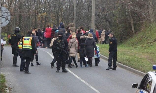 Ewakuacja pracowników i uczniów w Budapeszcie.