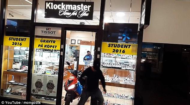 Po zaparkowaniu wewnątrz sklepu jeden z włamywaczy wybiegł na zewnątrz bo okazało się, że porzucony łom będzie im jeszcze potrzebny do dostania się do gablot z biżuterią