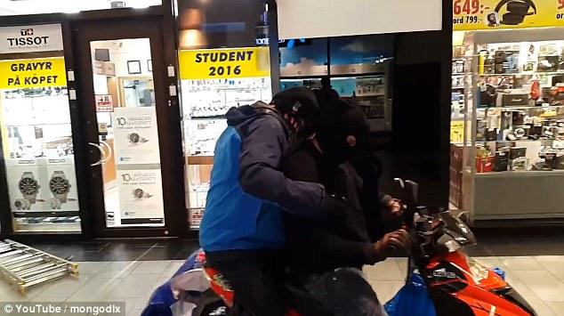 Napastnicy próbowali szybko oddalić się z miejsca napadu, jednak skuter nie chciał w pierwszej chwili zapalić i trochę czasu minęło zanim prawidłowo wystartował