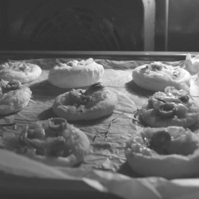 Sluoksniuotos tešlos pyragaičiai su džiovintais pomidorais