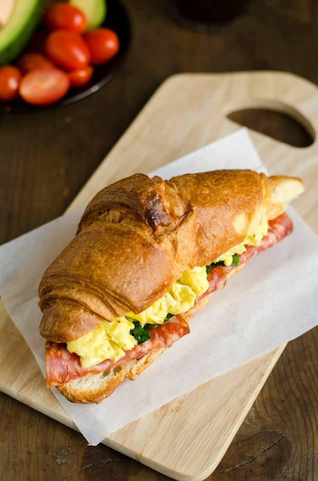 Croissant pusryčių sumuštinis