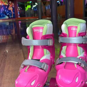 Roze kinder rolschaatsen
