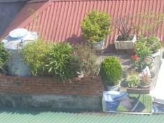 balkong vy över grannens tak-terass