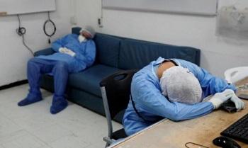 疲れて仮眠する医師
