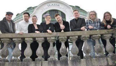 Gänget som ska göra Chess på Kristianstad teater till hösten: musikalartisterna David Rix, Johan Wikström, Hanna La Fleur, Frida Modén Treichl och Patrik Martinsson. Ola Hörling är regissör, Jonas Svensson musikaliskt ansvarig och Åsa Jensen producent. – Det här är det största vi i Underhållningspatrullen gjort, säger Åsa Jensen. Foto: Pernilla Ekdahl