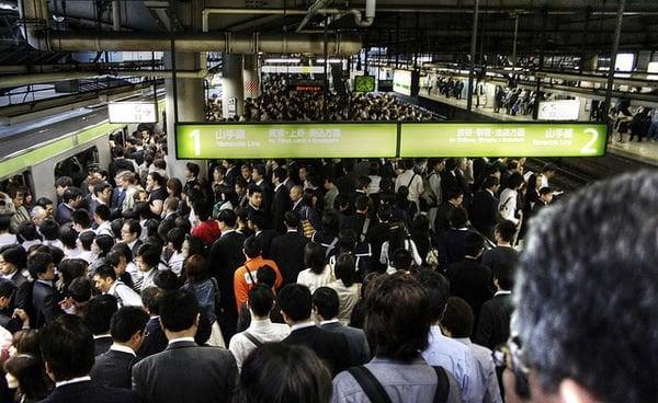 Superlotação e crescente população urbana do Japão - trens japao publico 4