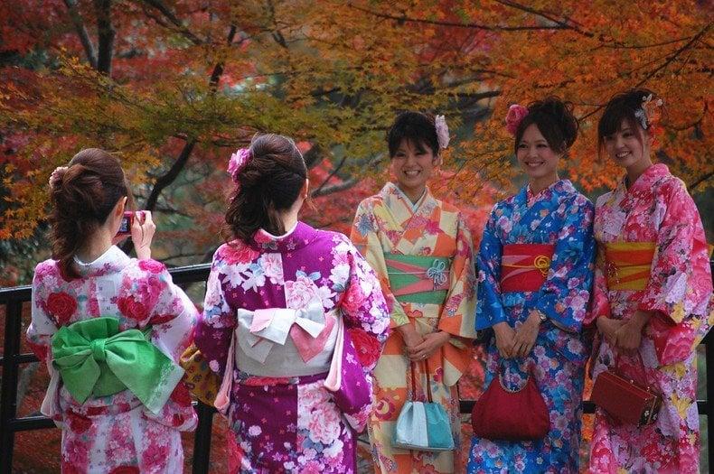 Ocasiões em que se usa um Kimono - folhas de outono garotas 3