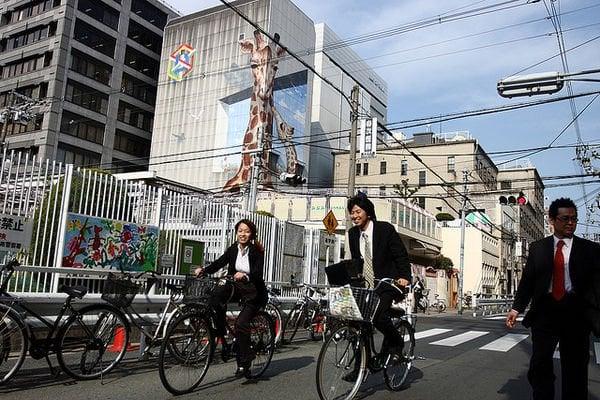 Por que os japoneses gostam de fazer hora extra? - bike coworkers 734 2