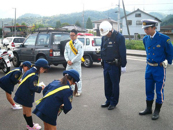 Is it true that japanese work hard? - policia criancas japao 1