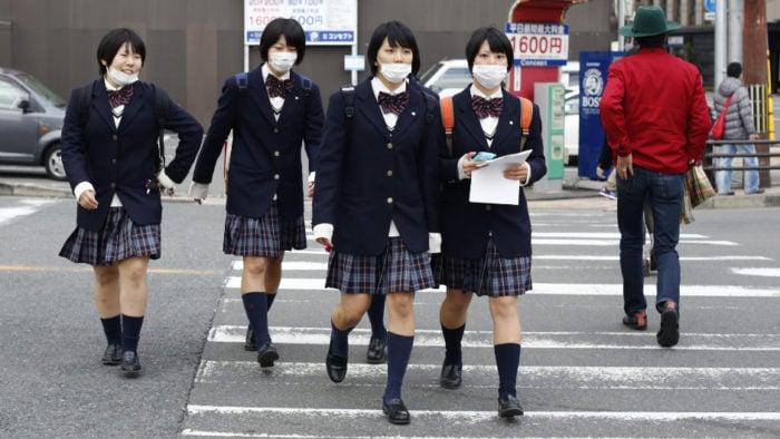 Por que os japoneses usam máscaras cirúrgicas? - schoolgirl escola mascaras 1